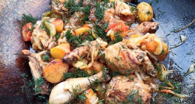 Шикарный картофель с курицей в казане на природе