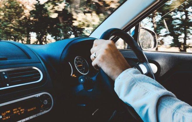 Транс водителя за рулем машины