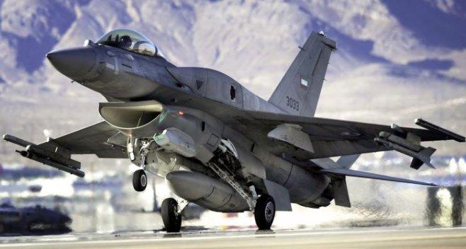 Вид из кабины военного истребителя США F-16 во время полета
