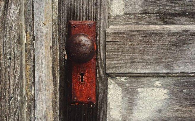 Как правильно выбить дверь: рекомендации и порядок действий